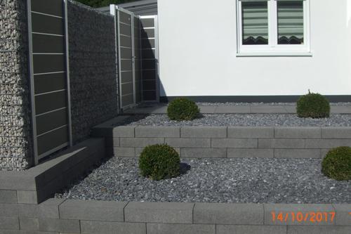 Moderne Mauer im Außenbereich